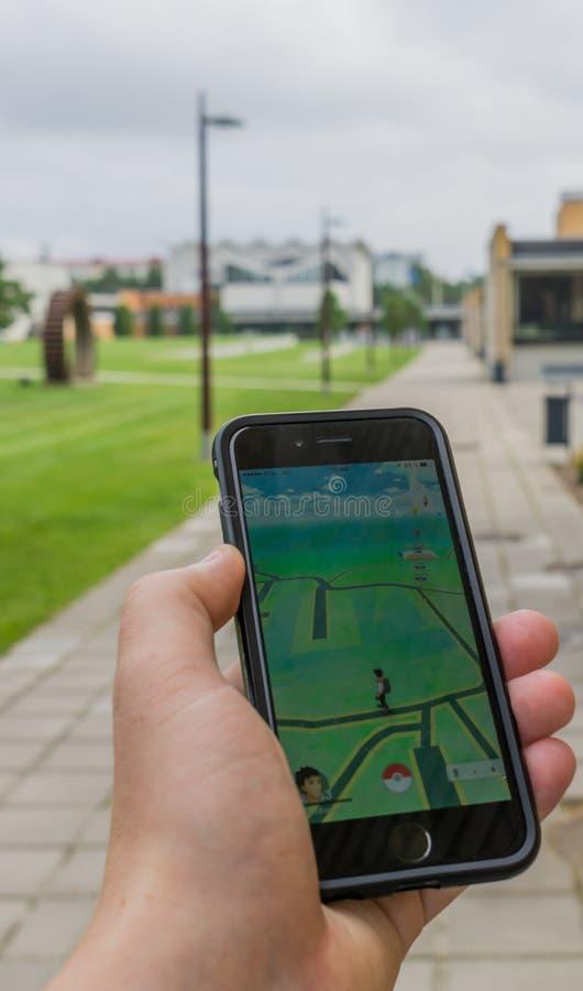 La promenade avec Pokemon vont jeu image libre de droits