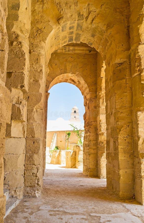 La promenade dans le portique de l'amphithéâtre d'EL Jem en EL Djem image libre de droits