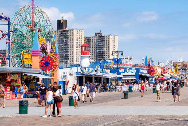 La promenade de bord de la mer de Coney Island à New York sur le beau su photographie stock libre de droits