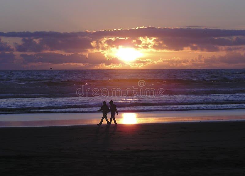 La promenade de l'amoureux de plage images stock