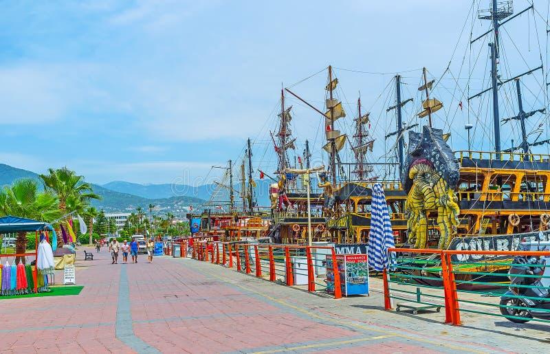 La promenade de touristes de bord de la mer dans Alanya photos stock
