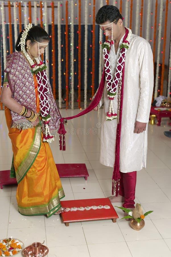 La promenade symbolique de la jeune mariée indoue indienne de sept étapes avec le marié dans le mariage de maharashtra. image stock