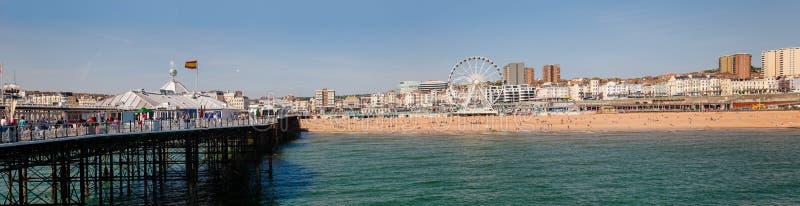 La 'promenade' y la tabla del embarcadero de Brighton varan el panorama Sussex del este S fotos de archivo