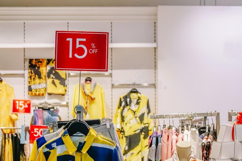 La promoción de ventas de la tienda al por menor de la ropa de la moda de la mujer en centro comercial, mofa de la venta para arr fotos de archivo