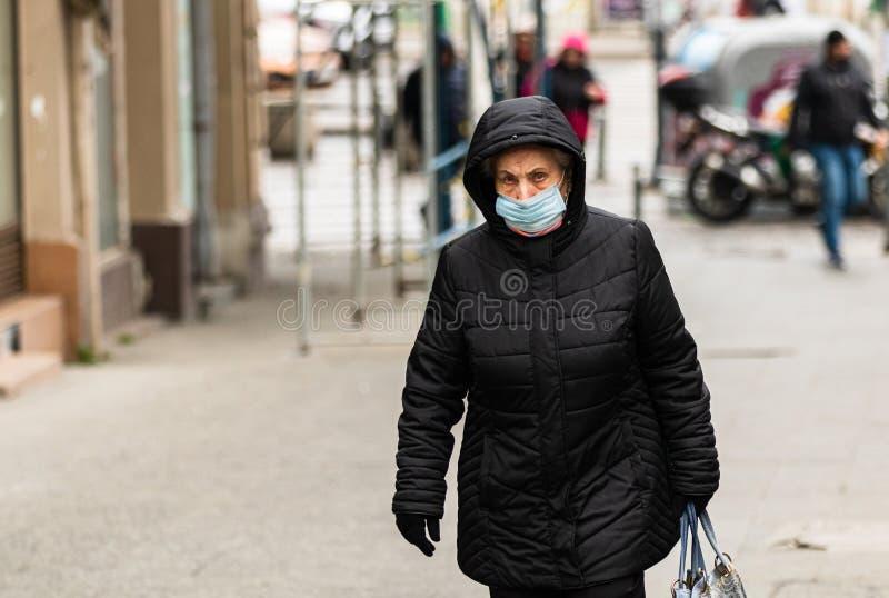 La propagación del virus de la gripe Covid-19 en Europa Personas que llevan mascarilla médica contra el coronavirus, los virus de fotos de archivo