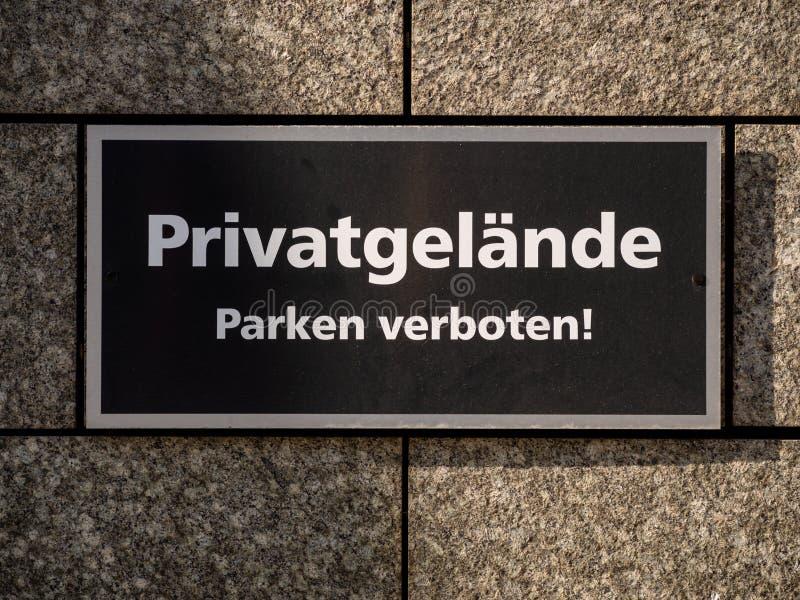 La proprietà privata e nessun parcheggio firmano alla parete nella lingua tedesca fotografie stock