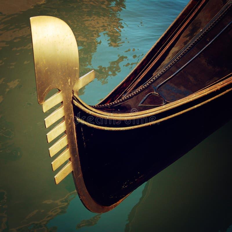 La prora della gondola ha attraccato sul canale - effetto d'annata immagine stock libera da diritti