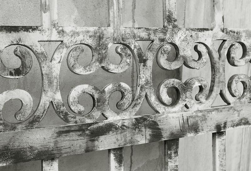 La prospettiva di diminuzione di vecchio decorativo di legno recinta monotono fotografia stock libera da diritti