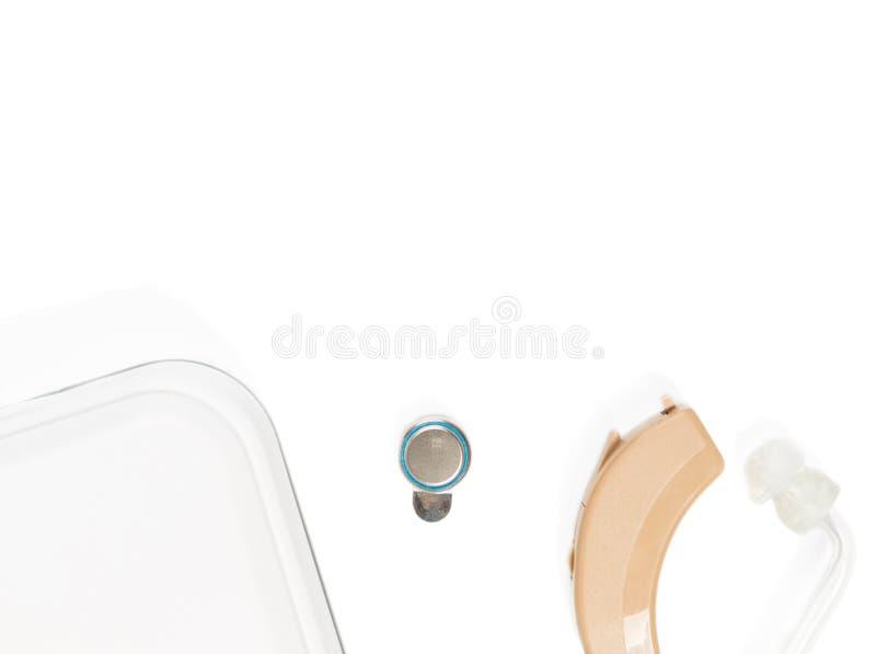La protesi acustica con la scatola non completamente indicata su bianco ha isolato il fondo fotografie stock libere da diritti