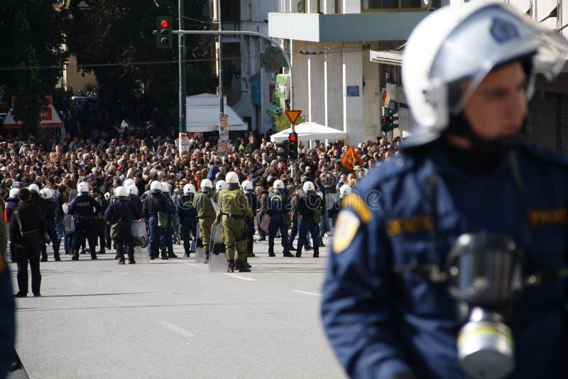la protesta di Anti-austerità nell'estremità di Atene con la scala secondaria si scontra fotografia stock libera da diritti