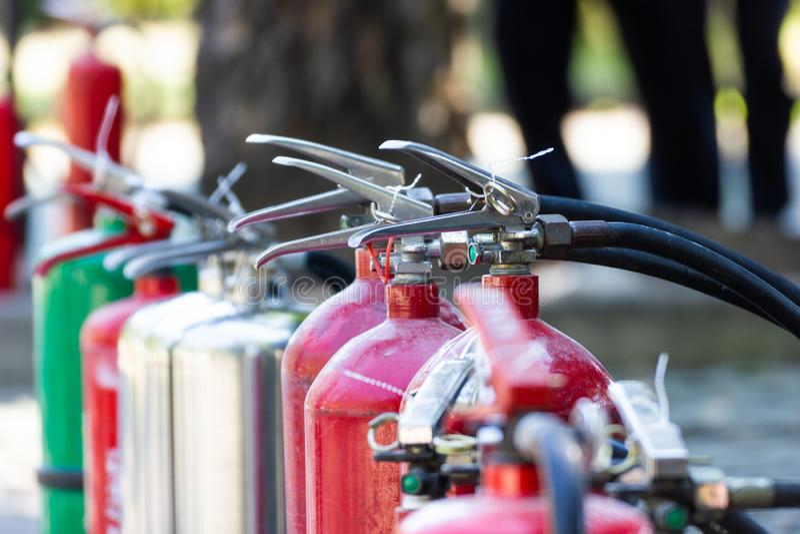 La protezione antincendio alta vicina ha messo i tipi differenti di estintori fotografia stock