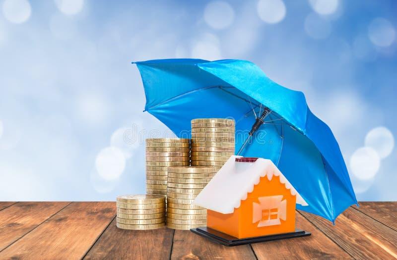 La protezione dell'ombrello conia il risparmio fotografia stock libera da diritti
