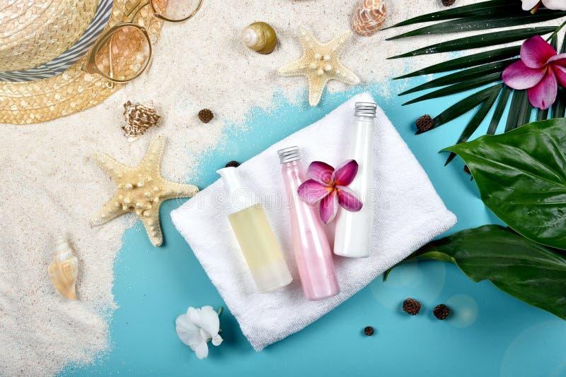 La protezione facciale dello skincare dell'estate, la protezione di Sun con i cosmetici in bianco dell'etichetta imbottiglia il c fotografia stock libera da diritti