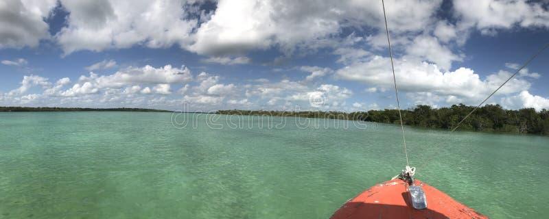 La proue d'un bateau dans une lagune images stock