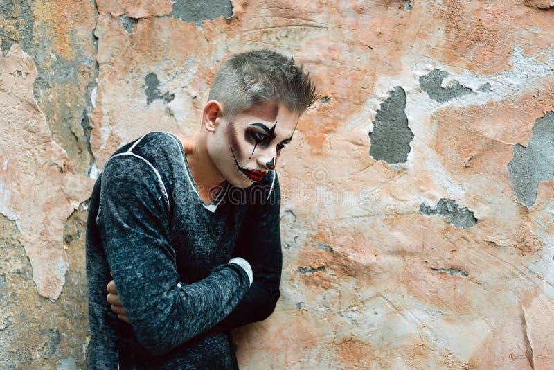 La psychologie et la dépression, un psychopathe d'homme se tient prêt le mur photo stock