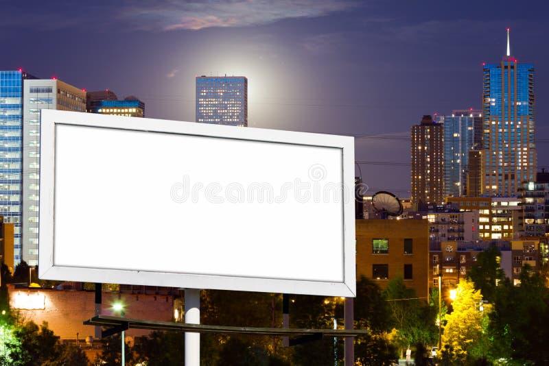 La publicidad en blanco de la cartelera firma adentro paisaje urbano urbano fotos de archivo libres de regalías