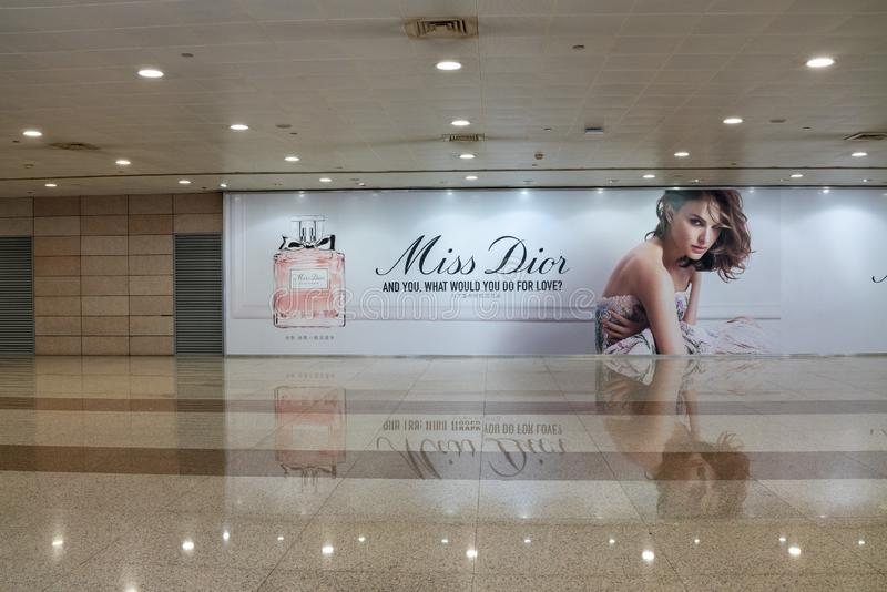 La publicité de Dior dans l'aéroport international de Shanghai Pudong photo libre de droits