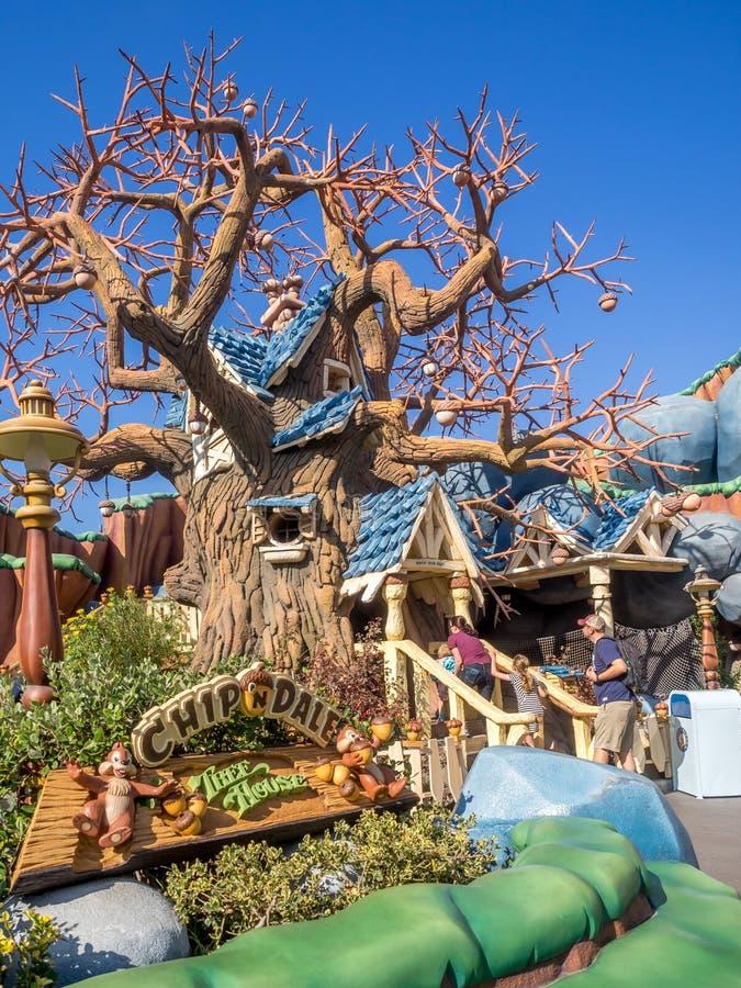 La puce et la cabane dans un arbre de Dale à la section de Toontown du Disneyland se garent images libres de droits