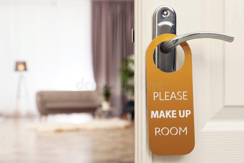 La puerta abierta con la muestra COMPONE POR FAVOR EL SITIO en la manija en el hotel imágenes de archivo libres de regalías