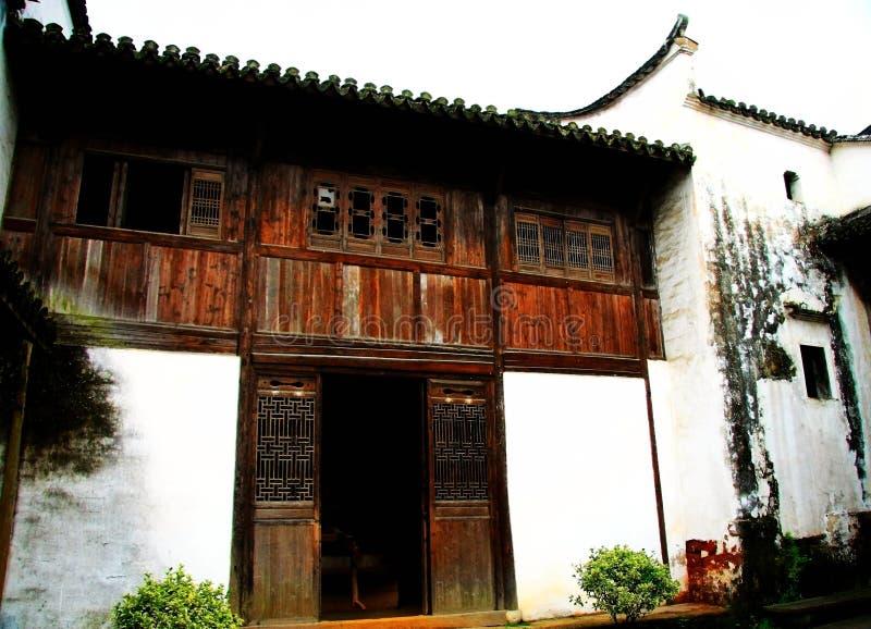 La puerta antigua en pueblo del bagua del zhuge, la ciudad antigua de China foto de archivo