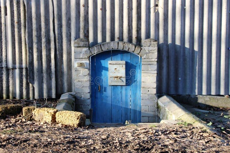 La puerta azul de la casa vieja en el pueblo imágenes de archivo libres de regalías