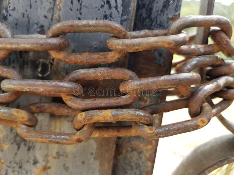 La puerta/la barrera bloqueó atado por una cadena casi oxidada del metal Foto entonada Concepto de inmigración de las fronteras c fotografía de archivo