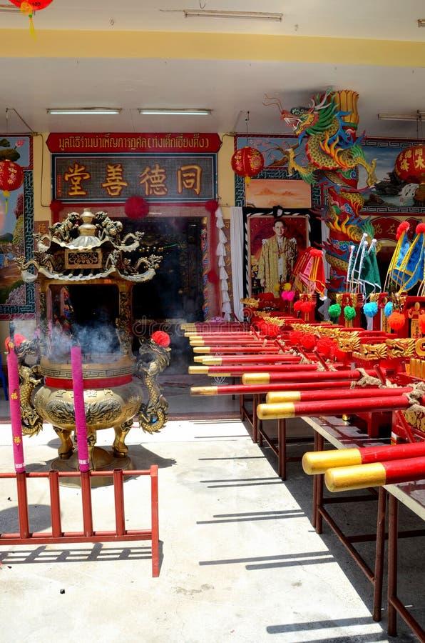 La puerta china del templo señala la urna y el retrato Pattani Tailandia del ídolo chino del rey por medio de una bandera imágenes de archivo libres de regalías
