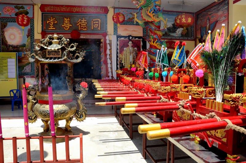La puerta china del templo señala la urna y el retrato Pattani Tailandia del ídolo chino del rey por medio de una bandera fotografía de archivo
