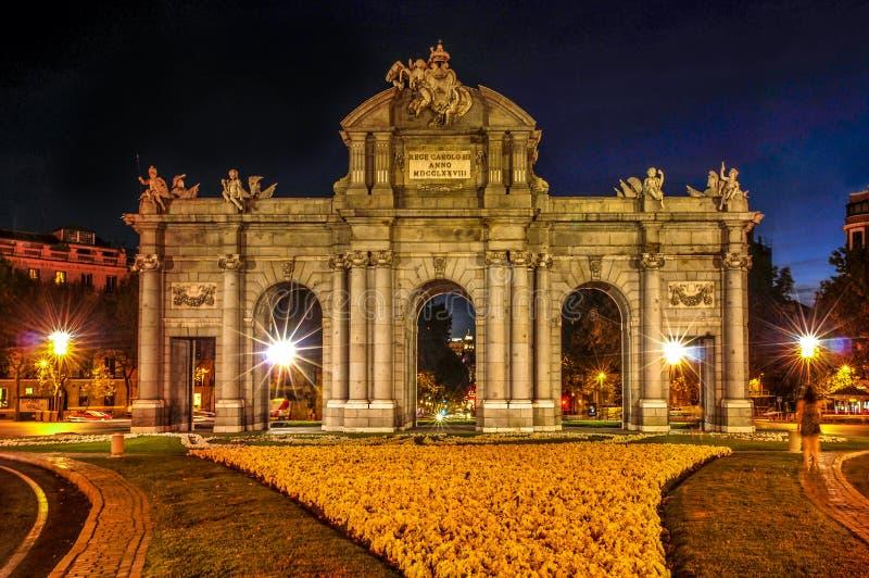La Puerta de Alcala a Madrid, Spagna, alla notte immagini stock