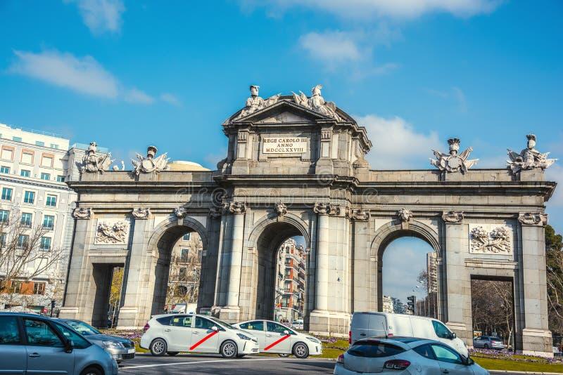 La Puerta de Alcala nel centro di Madrid immagini stock libere da diritti