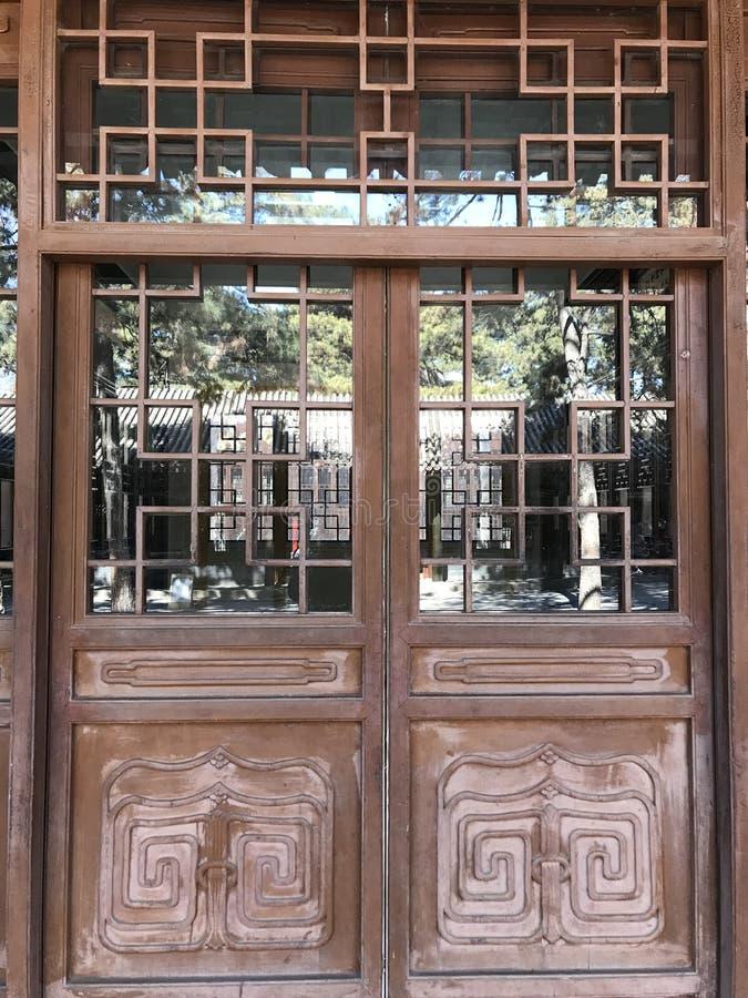 La puerta de la arquitectura antigua del jardín imagen de archivo libre de regalías