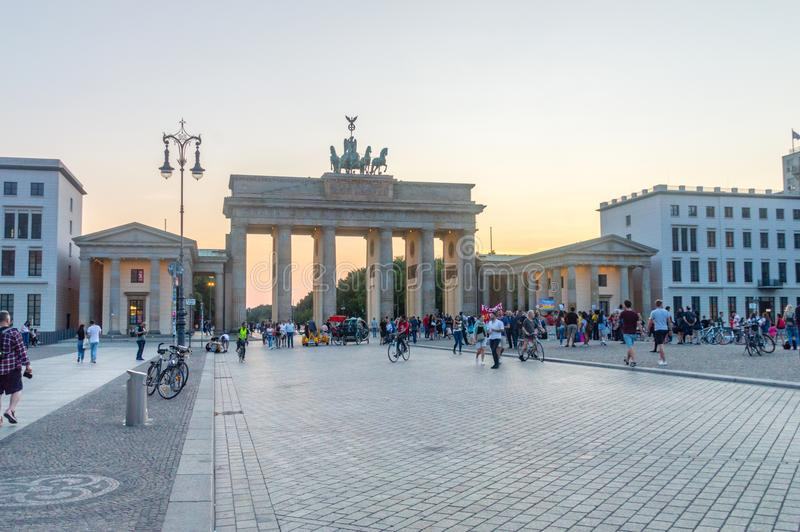 La puerta de Brandeburgo, vista del Pariser Platz en la zona este en la oscuridad fotografía de archivo
