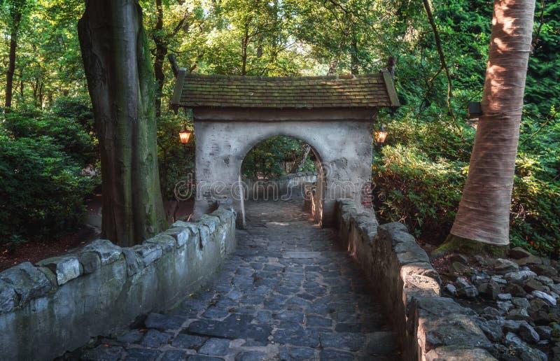 La puerta de la entrada al castillo de la bella durmiente en el fairyt imagen de archivo