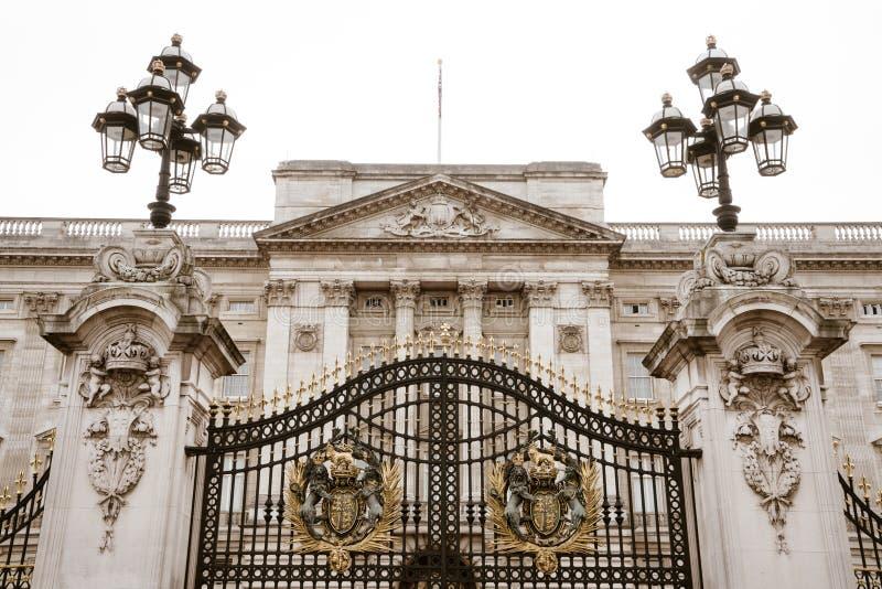La puerta de la entrada principal del Buckingham Palace El frente del Buckingham Palace por la tarde imagenes de archivo