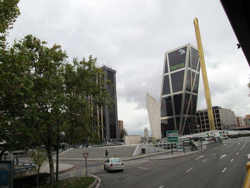 La Puerta de Europa, i Madrid den härliga sikten av moderna byggnader på Paseoen de La Castellana Madrid Spanien Europa royaltyfria bilder