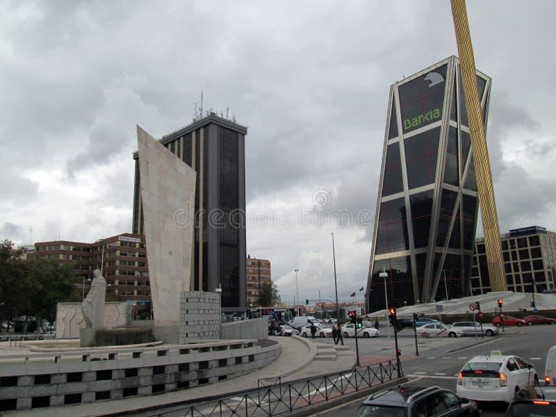 La Puerta de Europa, i Madrid den härliga sikten av moderna byggnader på Paseoen de La Castellana Madrid Spanien Europa royaltyfria foton