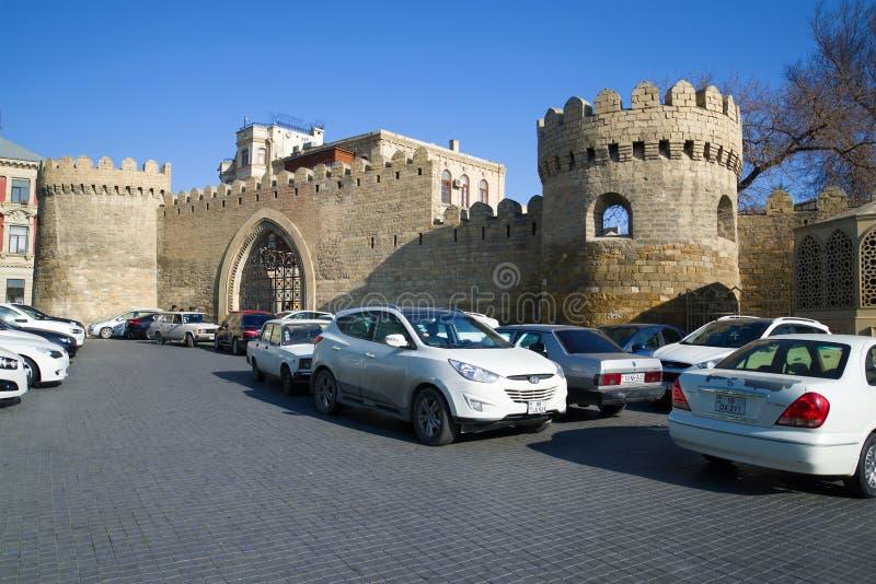 La puerta de la fortaleza antigua de Baku cerca del ` de Icheri Sheher del ` de la estación de metro baku azerbaijan fotos de archivo