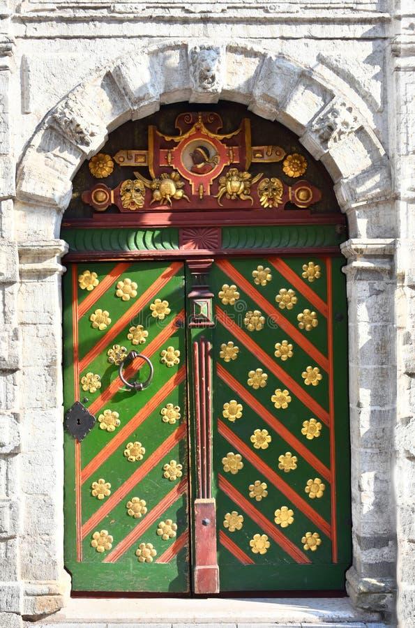 La puerta de la fraternidad de espinillas en Tallinn Estonia imagen de archivo