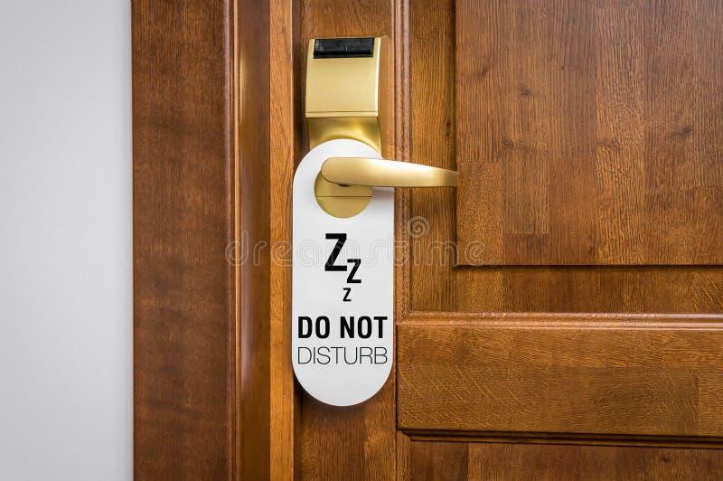 La puerta de la habitación con la muestra no perturba por favor imagen de archivo