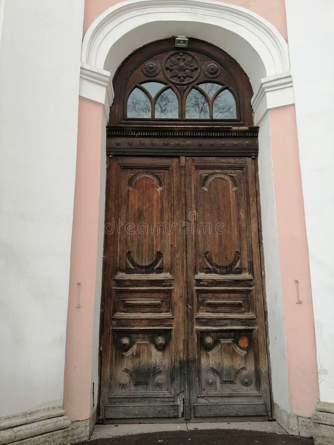La puerta de la iglesia con los modelos imágenes de archivo libres de regalías