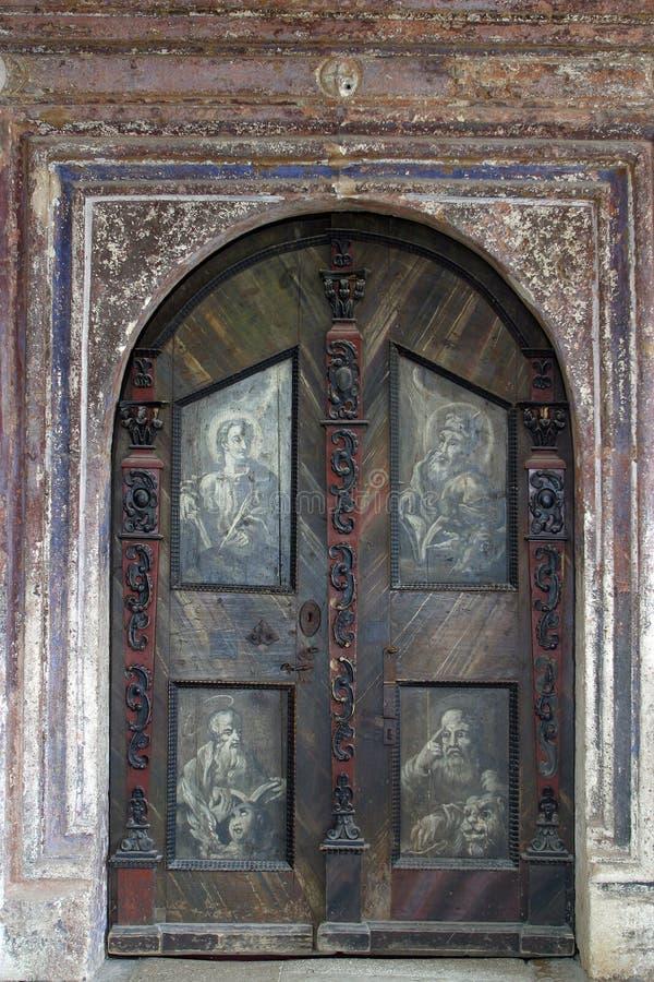 La puerta de la iglesia de la Inmaculada Concepción en Lepoglava, Croacia imagen de archivo