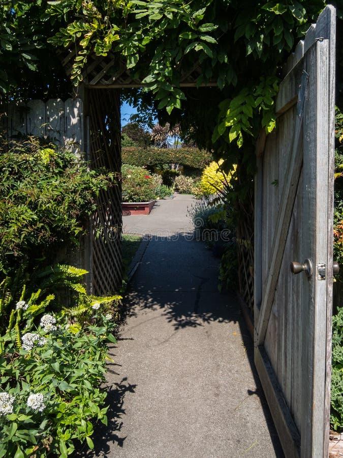 La puerta de jardín le invita adentro imagen de archivo libre de regalías
