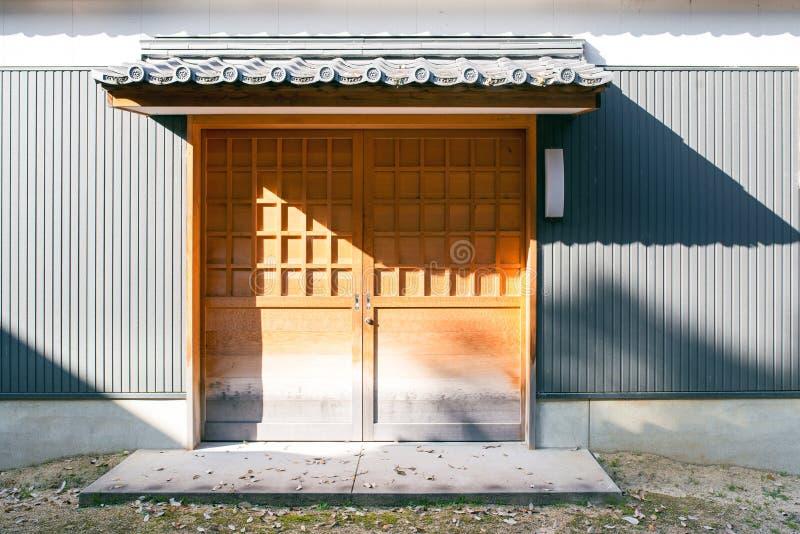 La puerta de la casa tradicional en Kyoto, Japón foto de archivo