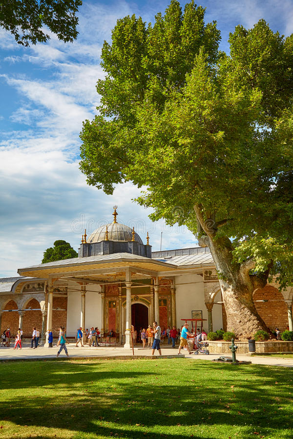 La puerta de la dicha en el segundo patio del palacio de Topkapi, fotografía de archivo