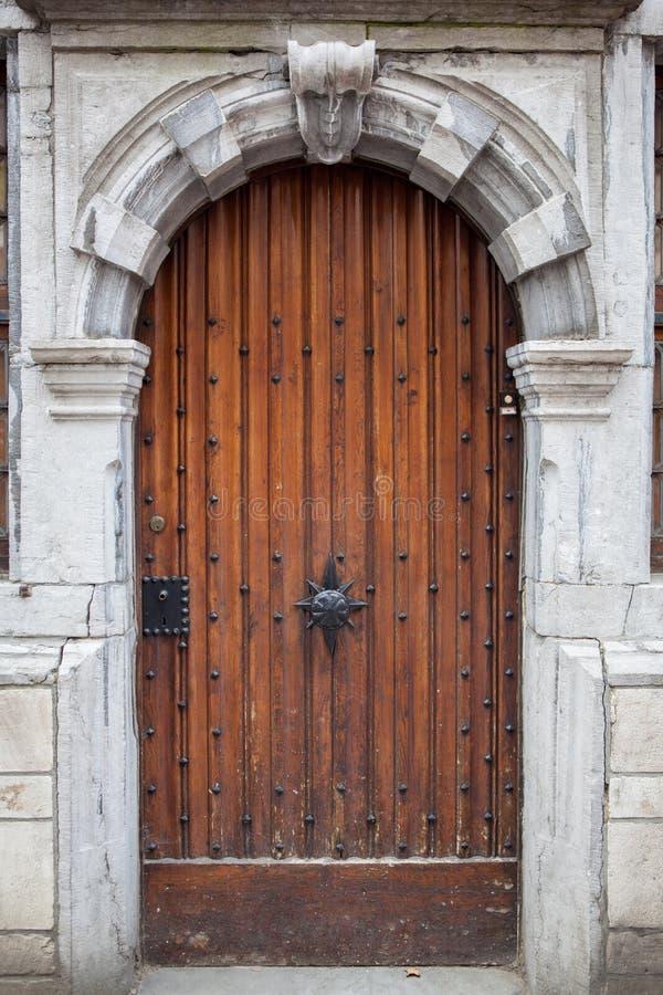 La puerta de madera con la piedra tallada adornó el marco imagenes de archivo