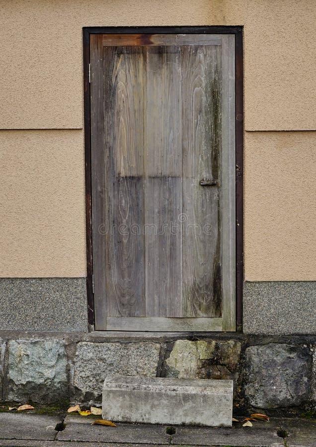 La puerta de madera en la casa tradicional en Kyoto foto de archivo