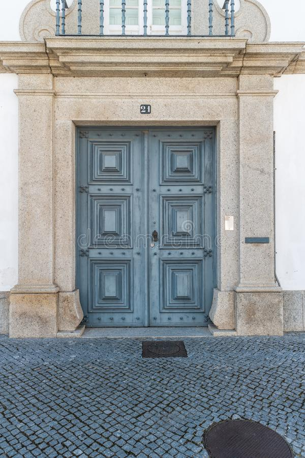 La puerta de madera vieja De madera antiguo antiguo en una pared vieja fotografía de archivo libre de regalías