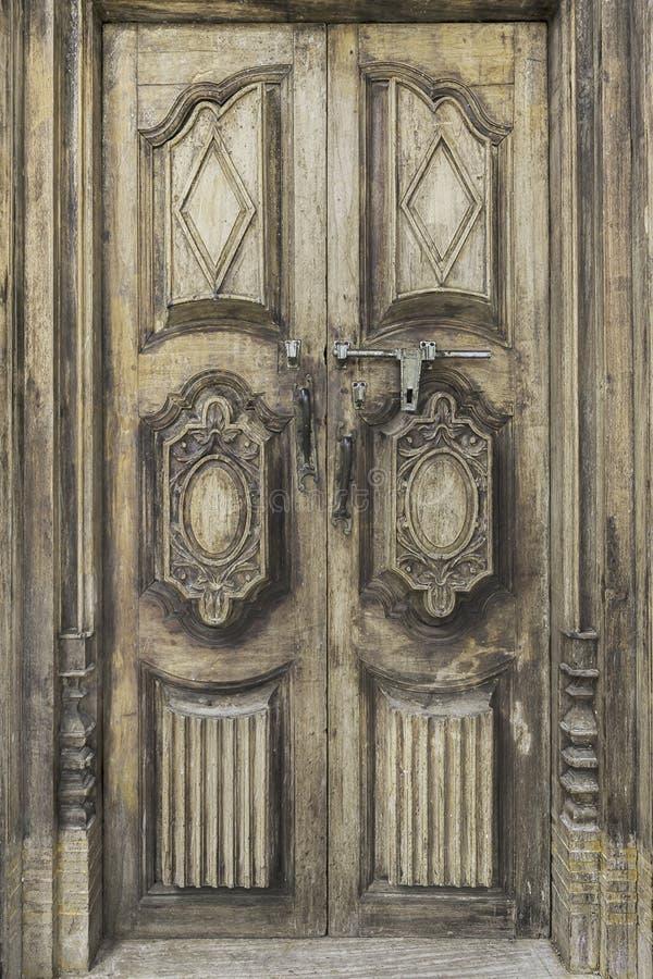 La puerta de madera vieja a partir de la era medieval encontró en la región de Alsacia de Fran foto de archivo
