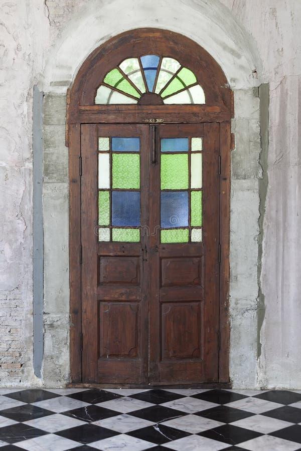 La puerta de madera vieja a partir de la era medieval encontró en la región de Alsacia de Fran fotos de archivo libres de regalías