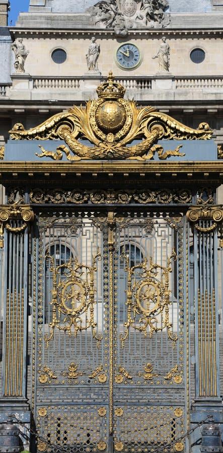 la puerta de oro del palacio del tribunal llamó a palais de justice adentro fotografía de archivo